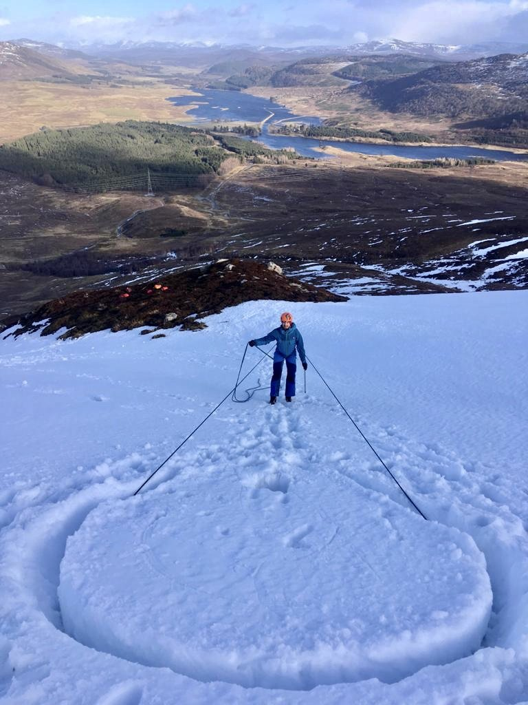 Abseiling of a snow bollard